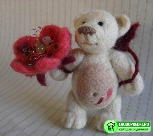 После медвежонка начнем осваивать валяние игрушки в виде скульптурки.
