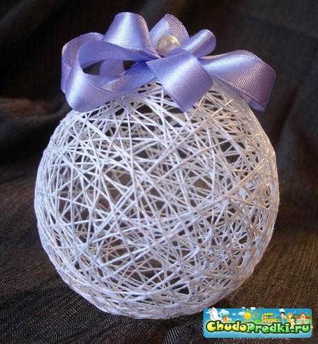 Родными руками можнож сделать елочные декорации из ниток.  Нужно надуть воздушный шарик до хотимого размаха...