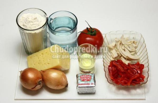 пицца с курицей, сыром и овощами