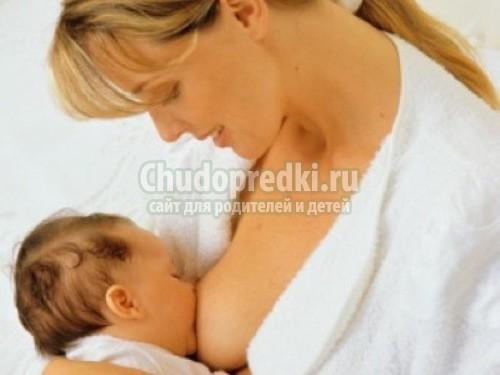 Сосание груди действительно дает ребенку пищу и жидкость. Молоко также сод