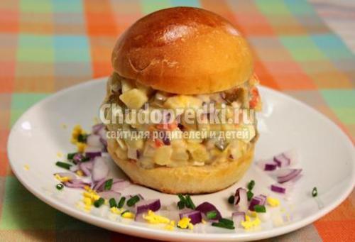Порционный салат Оливье в булочке