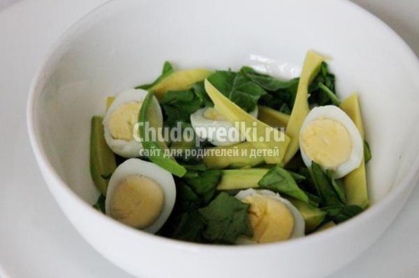 салат с рукколой, перепелиными яйцами и авокадо