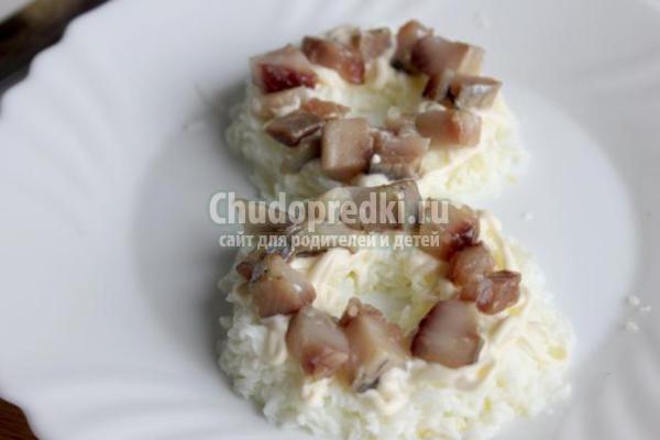 салат на 8 Марта с сыром и сельдью
