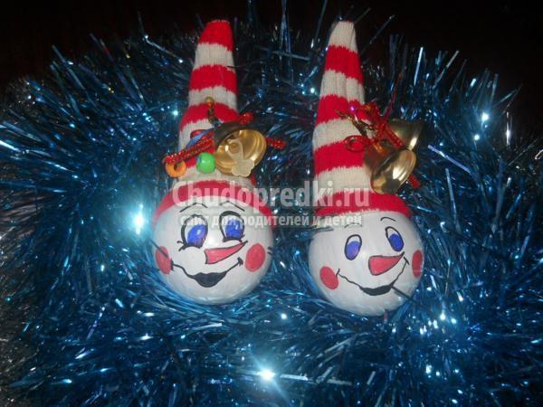 новогодние игрушки. Снеговики из лампочек