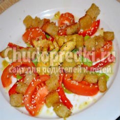 салат с курицей, помидорами и чесночными сухариками