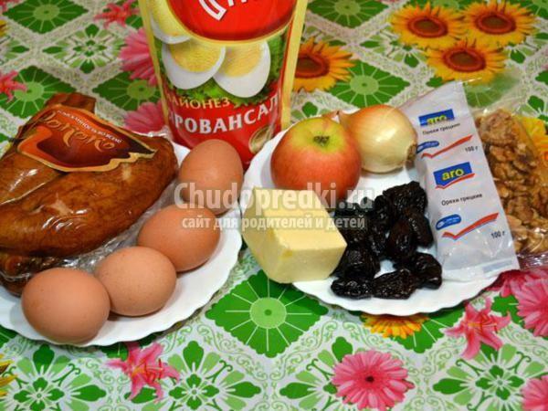 салат с сыром, черносливом и грецкими орехами