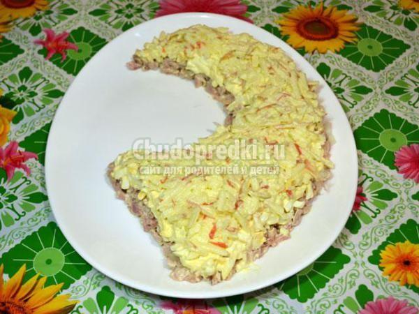 слоеный салат с сыром, черносливом и грецкими орехами