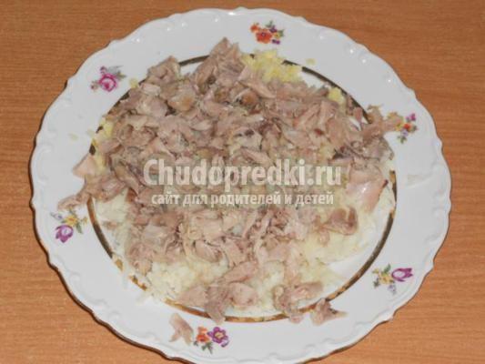 слоеный салат с курицей. Божья коровка