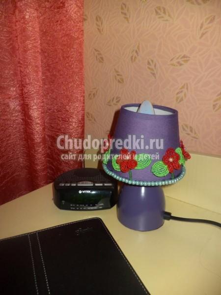 светильник, декорированный цветами из бисера