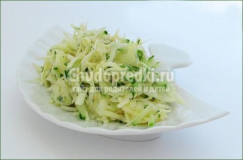 Салат из капусты с яблоками.