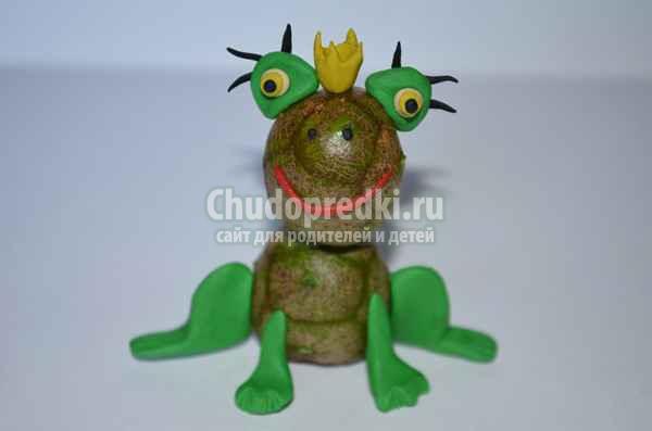 Царевна-лягушка из шишек пластилина