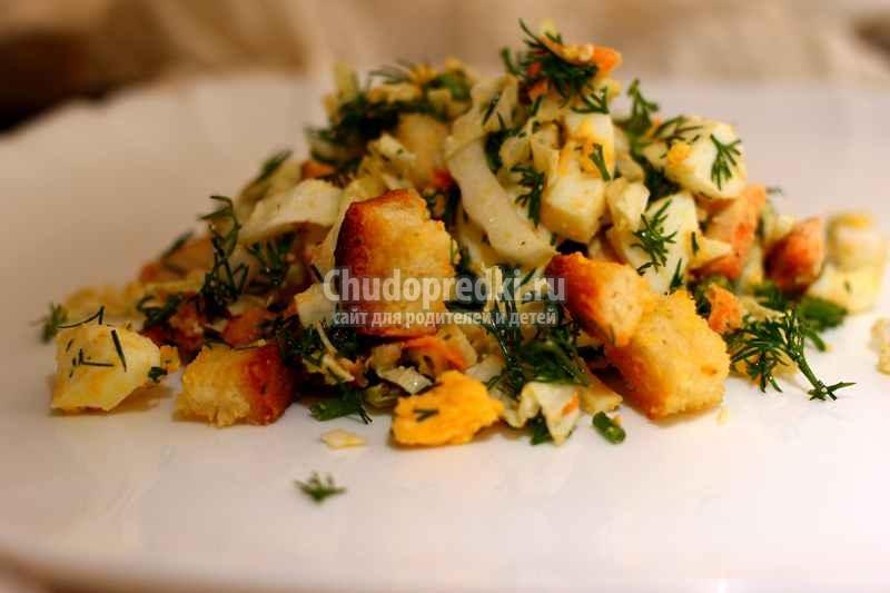Простой салат с курицей, яйцами и сухариками. Рецепт пошагово с фото