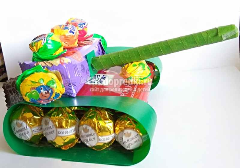 Танк из конфет своими руками – сладкий подарок для мужчины. Пошаговый мастер-класс с фото